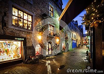 Calle vieja de la ciudad en la noche