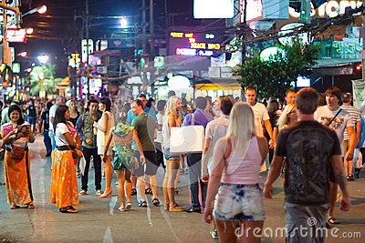 Calles de Patong con vida de noche, Tailandia Foto editorial