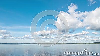 Calm River Landschaft mit weißen Wolken in Clear Blue Sky Timelapse Horizontaler Pan stock footage