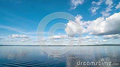 Calm River Landschaft mit weißen Wolken in Clear Blue Sky Timelapse stock footage