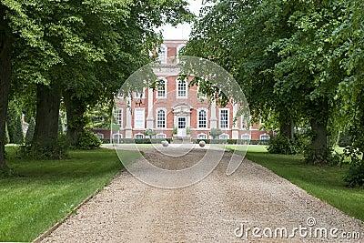 Calzada alineada árbol a la mansión