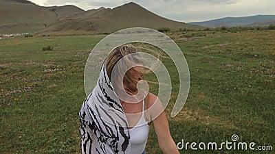 Caméra suivre une jeune femme hipster en t-shirt blanc jeans courts flottants de cheveux longs Une fille dansant sur le portable banque de vidéos