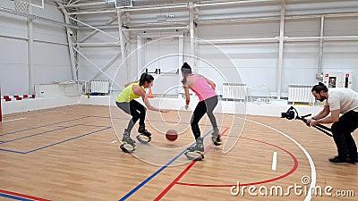 Caméraman filmant Girl faisant de la remise en forme sur le terrain de basket-ball à Kangaroo Jumps - les bottes modernes anti-Gr clips vidéos