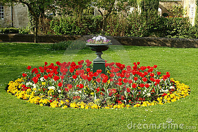 Cama de flor en un jardín formal