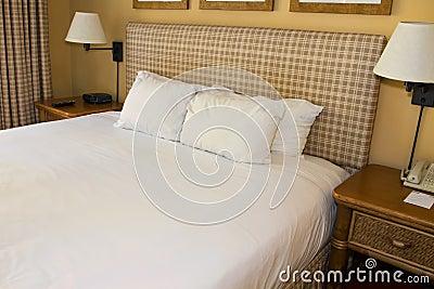 Cama del centro turístico del hotel y lino blanco