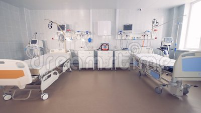 Cama dois vazia em uma sala de hospital com equipamento médico 4K video estoque
