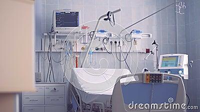 Cama e equipamento novos de hospital em um quarto desinfetado 4K filme