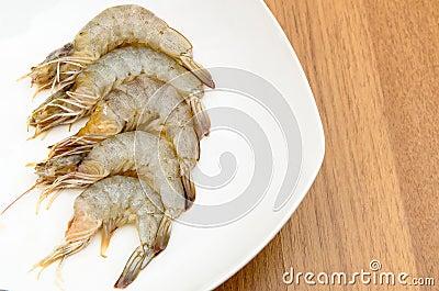 Camarões descascados no prato branco