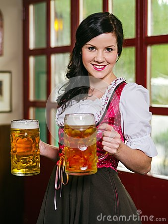 Camarera hermosa de Oktoberfest con la cerveza