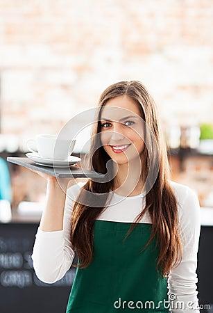 Camarera que sostiene la taza de café