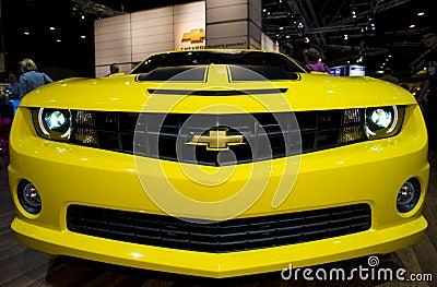 Camaro amarelo na mostra de carro Imagem Editorial