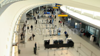 Cambio de la inclinación del lapso de tiempo de los viajeros del aeropuerto almacen de metraje de vídeo