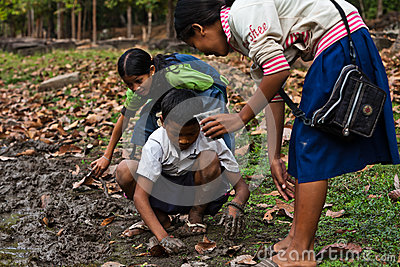 Cambodian mother, children dig worms Angkor Wat Editorial Stock Image