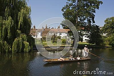 Cambridge som punting på backsna Redaktionell Fotografering för Bildbyråer