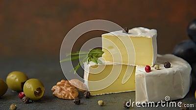 Camembert com azeitonas video estoque