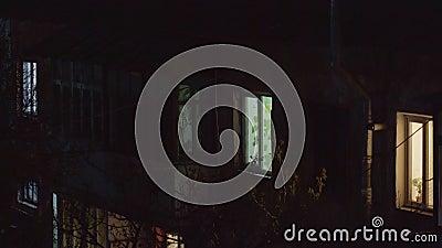 Camera alla notte e la luce nella finestra stock footage