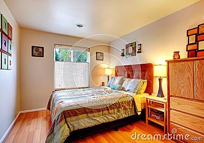 Camera da letto accogliente calda fotografia stock for Disegni della casa della cabina di ceppo e programmi del pavimento