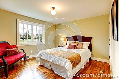 Camera da letto verde oliva leggera con il pavimento di legno duro e ...