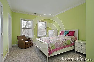 Camera da letto con le pareti di verde di calce ed il copriletto del ...