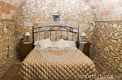 Camera da letto rustica fotografia stock libera da diritti for Illuminazione rustica della cabina