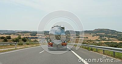 Camión de combustible metálico en carretera vacía metrajes