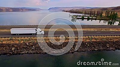 Camión que cruza el río Columbia con los barrancos en fondo