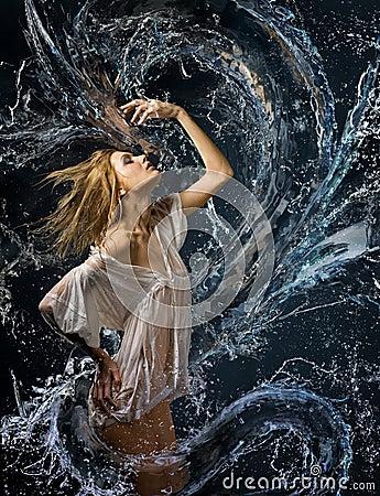 Camicia bagnata della ragazza e un drago di acqua