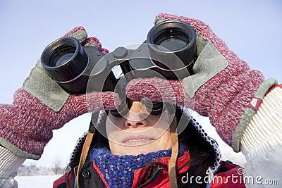 Caminante de la mujer con los prismáticos