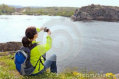 Caminante de la mujer que toma una foto