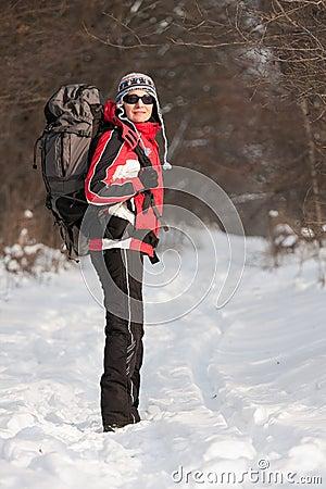 Caminante en bosque del invierno