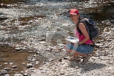 Caminante en el río de la montaña