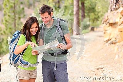 Caminhada - caminhantes que olham o mapa