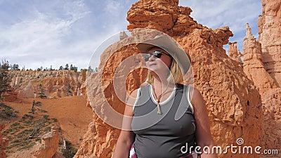 Caminhando a mulher madura aprecie as opiniões fantásticas Bryce Canyon Utah Usa vídeos de arquivo