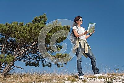 Caminhante com mapa do thw