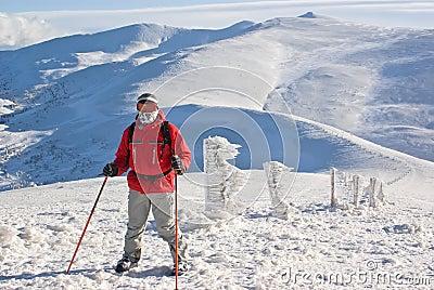 Caminhante na parte superior da montagem atrás do pico
