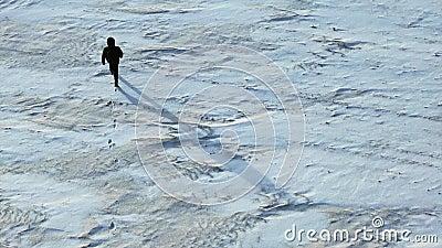 Camino humano arroja campo de nieve metrajes