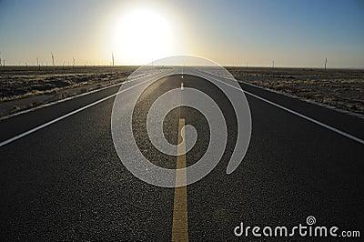 Camino recto en la salida del sol
