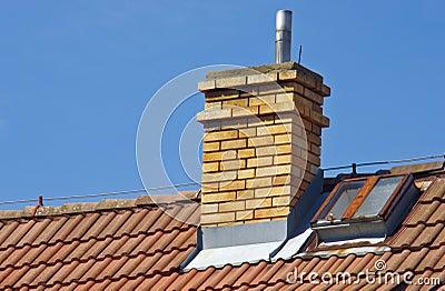 Camino sul tetto della casa immagini stock libere da for Piani della casa sul tetto