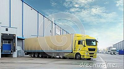 Camiones en el almacén - lapso de tiempo almacen de metraje de vídeo