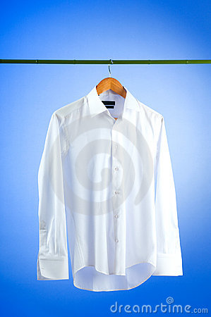 Camisa masculina contra gradiente