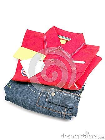Camisa roja y dril de algodón del cabrito