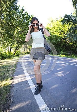 Camminare caldo della ragazza
