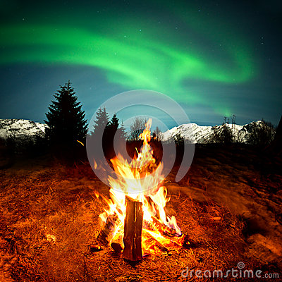 Free Camp Fire Watching Northern Lights Royalty Free Stock Photo - 28970035