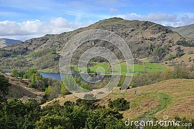 Campagna inglese: traccia giù, lago, montagna