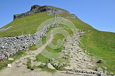 Campagna inglese: traccia in salita con il muro a secco