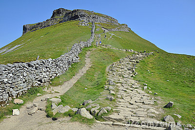 Campagne anglaise : journal vers le haut avec le mur de pierres sèches