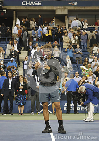 Campeão Rafael Nadal do US Open 2013 que guardara o troféu do US Open durante a apresentação do troféu Foto de Stock Editorial