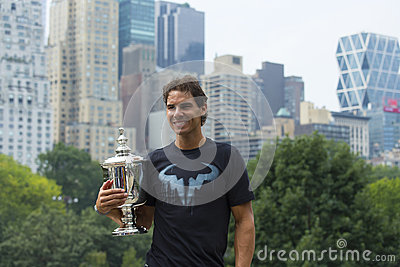 Campeão Rafael Nadal do US Open 2013 que levanta com o troféu do US Open no Central Park Fotografia Editorial