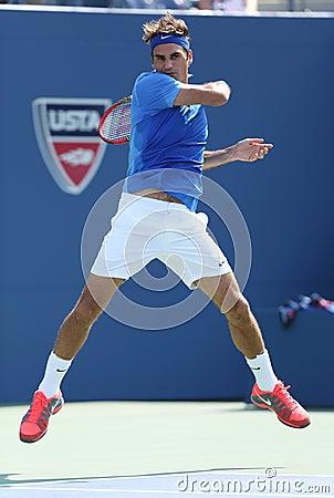 Campeão Roger Federer do grand slam de dezessete vezes durante seu primeiro fósforo do círculo no US Open 2013 contra Grega Zemlja Imagem de Stock Editorial