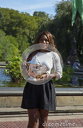 Campeón Serena Williams del US Open 2013 que presenta el trofeo del US Open en Central Park Foto de archivo editorial